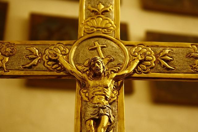 golden-cross-in-church-3888x2592_88656